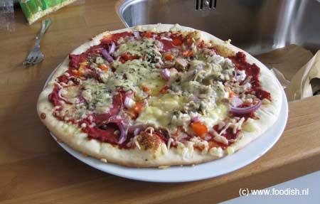 Pizza met heerlijk dunne bodem