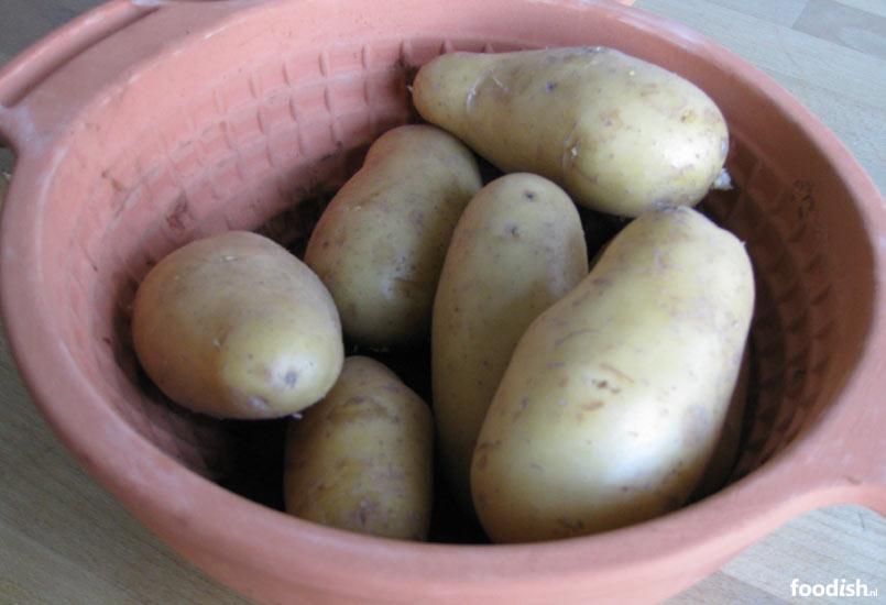 Gepofte aardappelen uit de romertopf