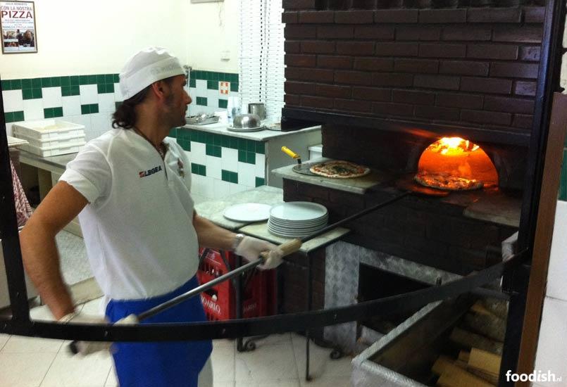 Pizzabakker bij Da Michele in Napels